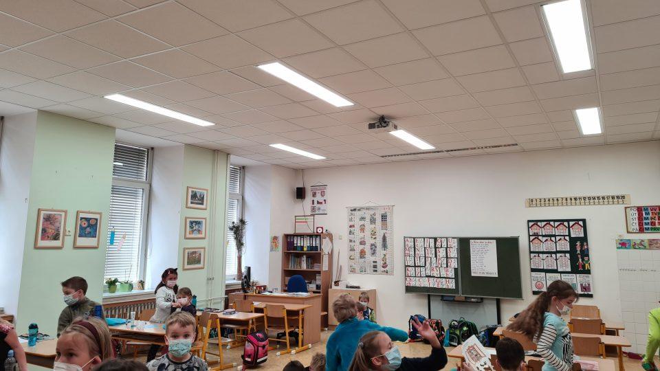Český rozhlas – reportáž ze ZŠ Medlánky – pro-kognitivní svítidla Spectrasol zklidňují žáky a pomáhají pedagogům